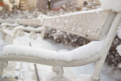 Romantische openlucht witte die bank met sneeuw wordt behandeld Stock Afbeeldingen