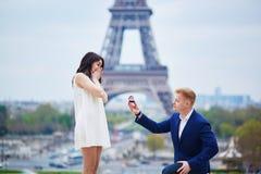 Romantische overeenkomst in Parijs stock afbeelding