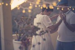 Romantische paardans samen met liefde en Romaans tijdens beneden binnen de avond thuis in het terras Openlucht vrije tijd stock foto
