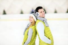 Romantische Paare auf der Eisbahn lizenzfreie stockfotografie