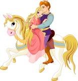 Romantische Paare auf weißem Pferd Stockfotografie