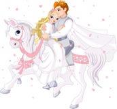Romantische Paare auf weißem Pferd Stockfotos