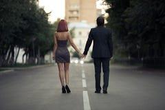 Romantische Paare in der Liebe auf der Straße Stockbild