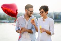 Romantische Paare in der Liebesdatierung im Sonnenuntergang im Freien Lizenzfreie Stockfotos