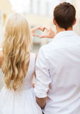 Romantische Paare in der Stadt, die Herz macht, formen Lizenzfreies Stockfoto