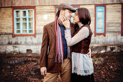 Romantische Paare in der stilvollen braunen Kleidung Stockfotografie