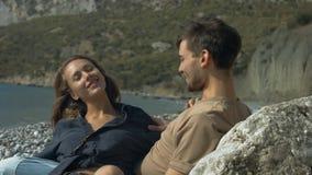 Romantische Paare, die auf dem Strand sich entspannen stock video footage