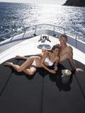 Romantische Paare, die auf Yacht sich entspannen Stockbild