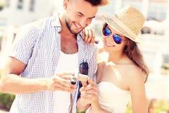 Romantische Paare, die Bilder auf der Kamera überprüfen Stockfotografie