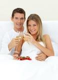 Romantische Paare, die Champagne trinken Lizenzfreies Stockfoto