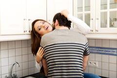 Romantische Paare, die in der Küche küssen Lizenzfreie Stockbilder