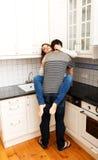 Romantische Paare, die in der Küche küssen Stockbilder