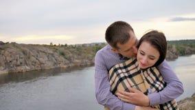 Romantische Paare, die in der Liebe lacht umfassen, Spaß habend stock video