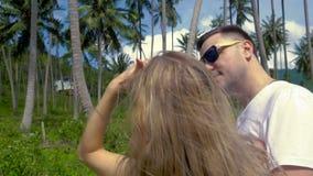 Romantische Paare, die in der Palme Grove küssen stock footage