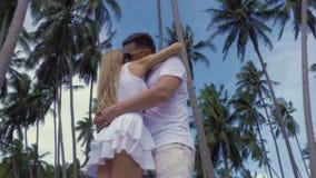 Romantische Paare, die in der Palme Grove küssen stock video