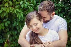 Romantische Paare, die in der Straße aufwerfen lizenzfreies stockbild