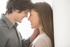 Romantische Paare, die einander betrachten Stockfotos
