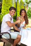 Romantische Paare, die eine Mahlzeit im Freien genießen Stockbild