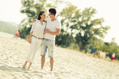 Romantische Paare, die Hände anhalten Lizenzfreie Stockfotografie