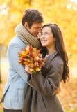 Romantische Paare, die im Herbstpark küssen Lizenzfreie Stockfotos