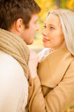 Romantische Paare, die im Herbstpark küssen Stockbild