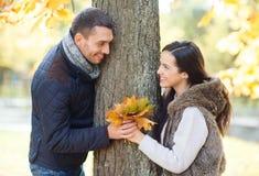 Romantische Paare, die im Herbstpark spielen Stockfoto