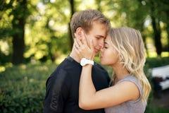 Romantische Paare, die im Park an einem Sommertag umarmen stockfotografie