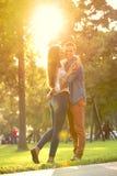 Romantische Paare, die im sonnigen Park umarmen Lizenzfreies Stockbild