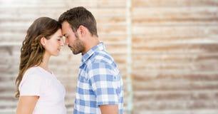 Romantische Paare, die mit geschlossenen Augen stehen Lizenzfreie Stockbilder