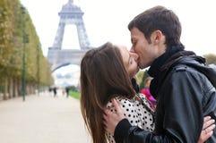 Romantische Paare, die nahe dem Eiffelturm küssen Stockbild