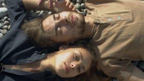 Romantische Paare, die sich oben auf dem Strand, Abschluss entspannen stock video footage