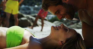 Romantische Paare, die Spaß am Strand haben stock video footage