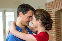 Romantische Paare, die vertraulich stehen und sich umfassen Lizenzfreie Stockfotos