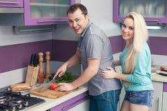 Romantische Paare, die zusammen eine Mahlzeit vorbereiten Stockfotografie
