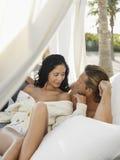 Romantische Paare, die zusammen Zeit im Gazebo verbringen Lizenzfreie Stockfotos
