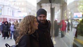 Romantische Paare, die zusammen zur Weihnachtszeit kaufen stock footage
