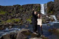 Romantische Paare durch einen Wasserfall Stockfotografie