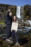 Romantische Paare durch einen Wasserfall Lizenzfreies Stockbild