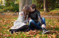 Romantische Paare am Fall lizenzfreie stockfotos