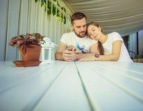 Romantische Paare im Café stockfoto