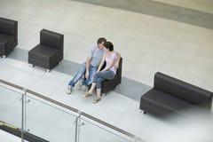 Romantische Paare im Einkaufszentrum Lizenzfreie Stockfotos