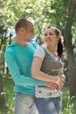 Romantische Paare im Freien lizenzfreie stockbilder