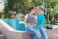 Romantische Paare im Freien Stockbilder