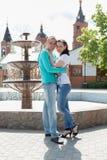 Romantische Paare im Freien Lizenzfreie Stockfotos