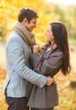 Romantische Paare im Herbstpark Stockfoto