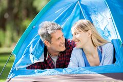 Romantische Paare im Zelt am Park Lizenzfreie Stockfotografie