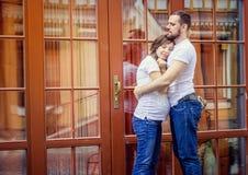 Romantische Paare mit der schwangeren Frau, die in der Straße aufwirft stockfotos