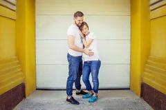 Romantische Paare mit der schwangeren Frau, die in der Straße aufwirft lizenzfreies stockbild