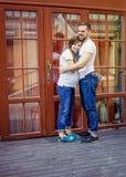 Romantische Paare mit der schwangeren Frau, die in der Straße aufwirft stockfotografie