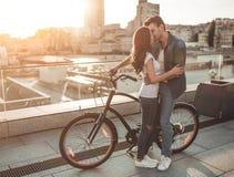 Romantische Paare mit Fahrrädern Stockfotografie